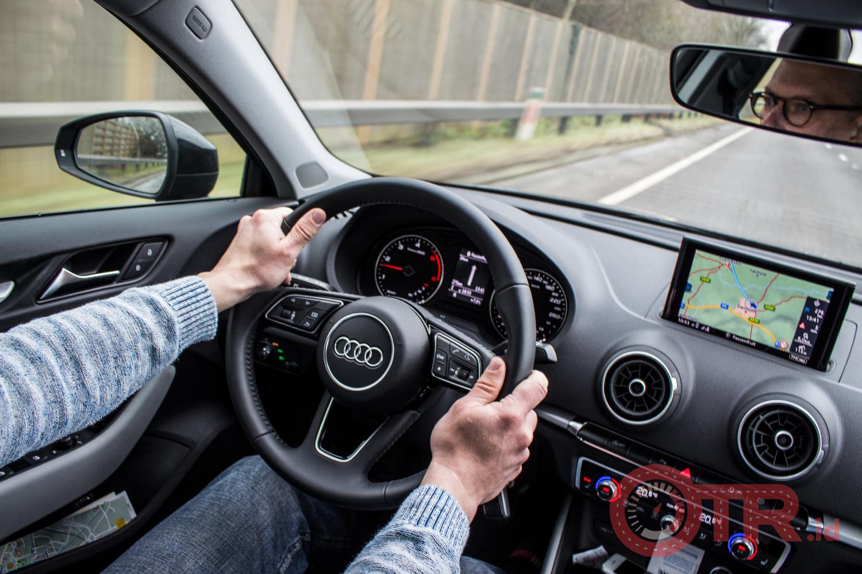 Menyetir dengan stabil OTR.id